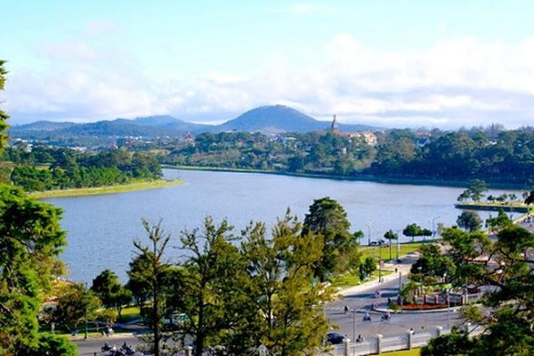 Hồ Xuân Hương uốn quanh thành phố mộng mơ