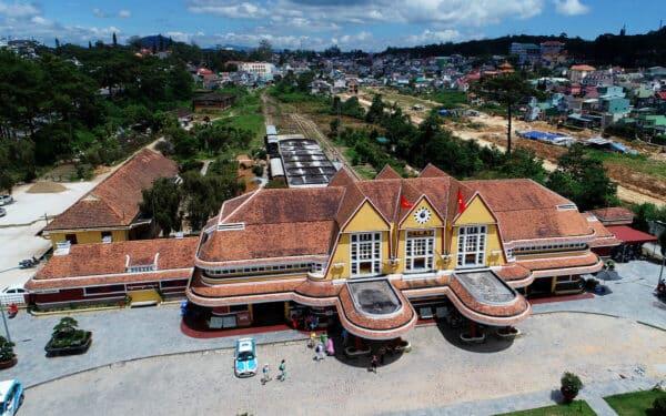 Nhà ga gần nhà thờ con gà trống Đà Lạt