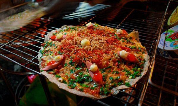 Bánh tráng nướng đặc trưng Đà Lạt ở chợ âm phủ