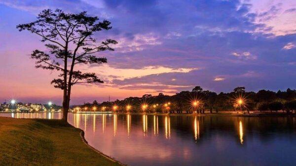 Hồ Xuân Hương về đêm bên cạnh Chợ Đà Lạt