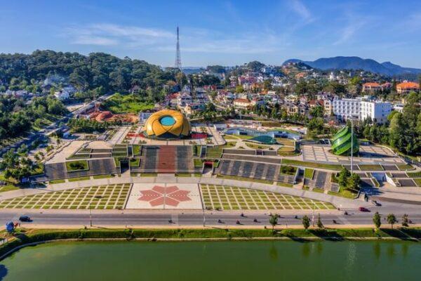 Quảng trường Lâm Viên view từ chợ Đà Lạt