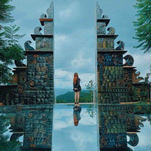 Mặt hồ trong vắt ở cổng trời Bali