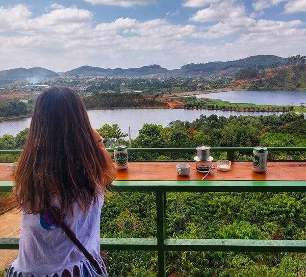 Quán cafe phục vụ cho những người đi du lịch bụi Đà Lạt một mình khá trong lành và yên tĩnh