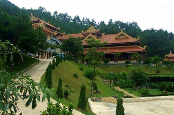 Thiền viện Trúc Lâm gần Hồ Tuyền Lâm