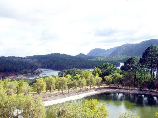 Hồ Tuyền Lâm nhìn từ Thiền viện Trúc Lâm