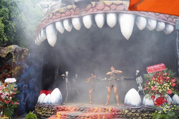 Sân khấu hoạt cảnh vũ điệu của quỷ được dàn dựng công phu và đặc sắc