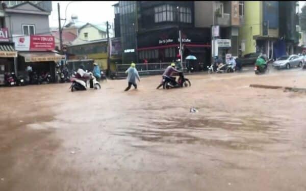 Nhiều tuyến đường bị ngập khiến người dân đi lại gặp khó khăn