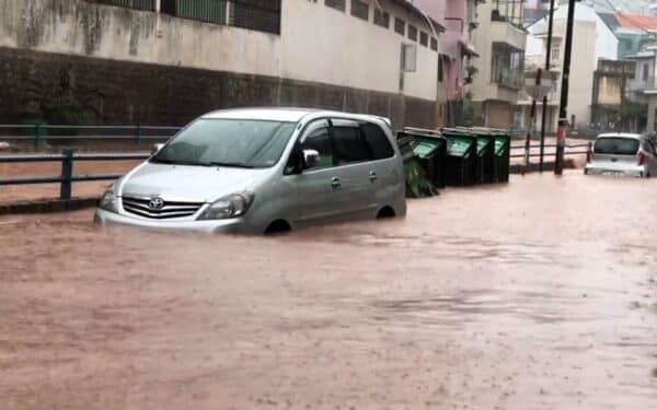 Nhiều ô-tô đỗ bên đường Tô Ngọc Vân bị ngập