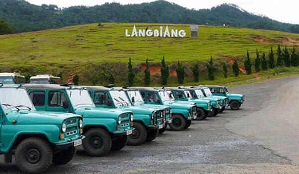 Đi xe Jeep khi tham gia tour Đà Lạt 1 ngày ở Langbiang