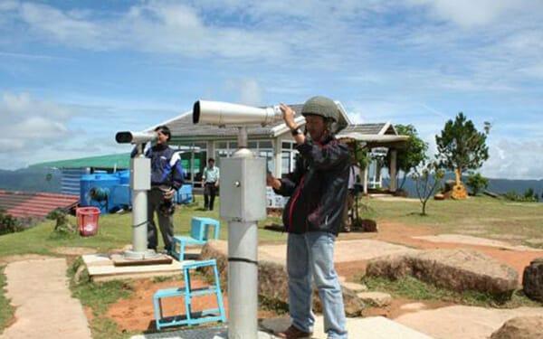 Trên đỉnh núi sử dụng ống nhòm nhìn ra xa từ núi Langbiang