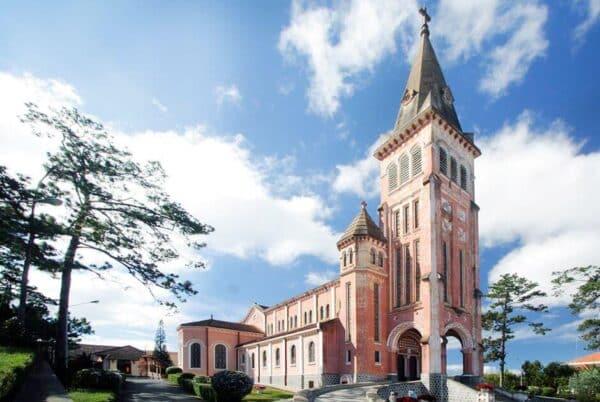 Nhà thờ Con Gà Trống gần địa điểm dinh Bảo Đại