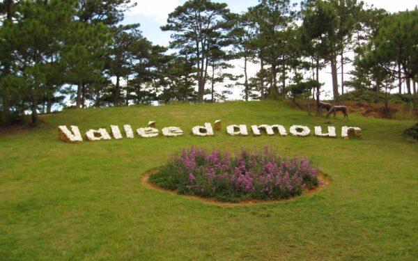 Ngọn núi còn in dòng chữ d'Amour trong thung lũng tình yêu