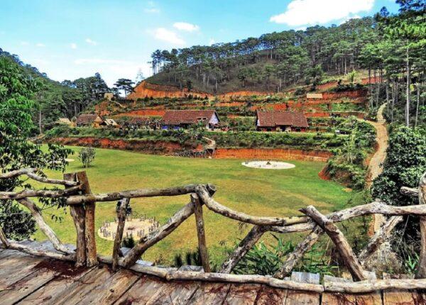 Điểm du lịch làng Cù Lần gần thung lũng Vàng