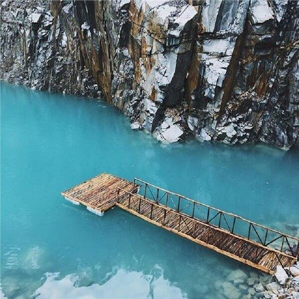 Mặt hồ màu xanh ngọc bích ở Tuyệt Tình Cốc đẹp mê li