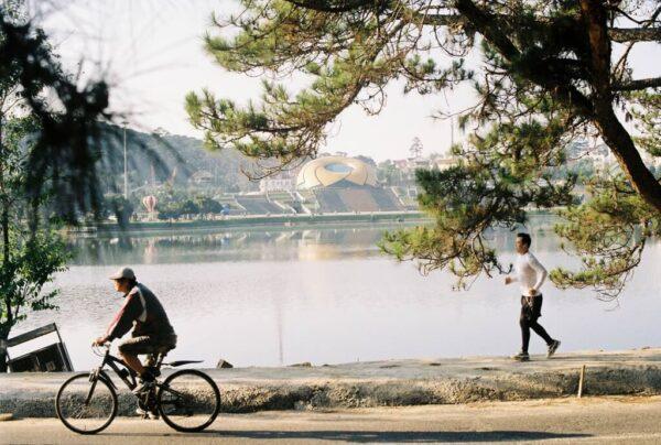 Sau buổi sáng di chuyển nhiều, du khách nên tự thưởng cho mình buổi chiều thư thả ở Đà Lạt.
