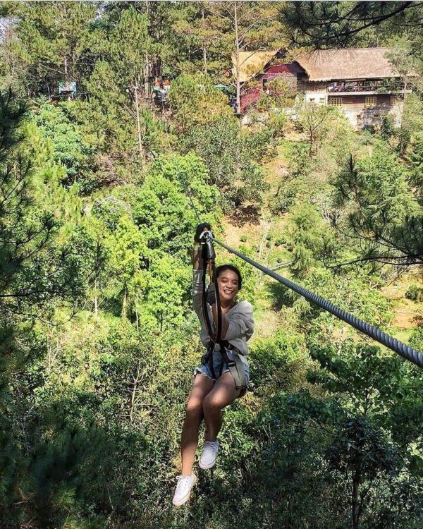 Trải nghiệm đu zipline mạo hiểm thu hút nhiều du khách đến Đà Lạt.