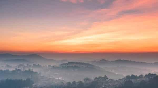 """Bạn có thể khởi hành từ 4 đến 5 giờ sáng đến các ngọn đồi nằm ở ngoài rìa thành phố để """"săn mây"""""""
