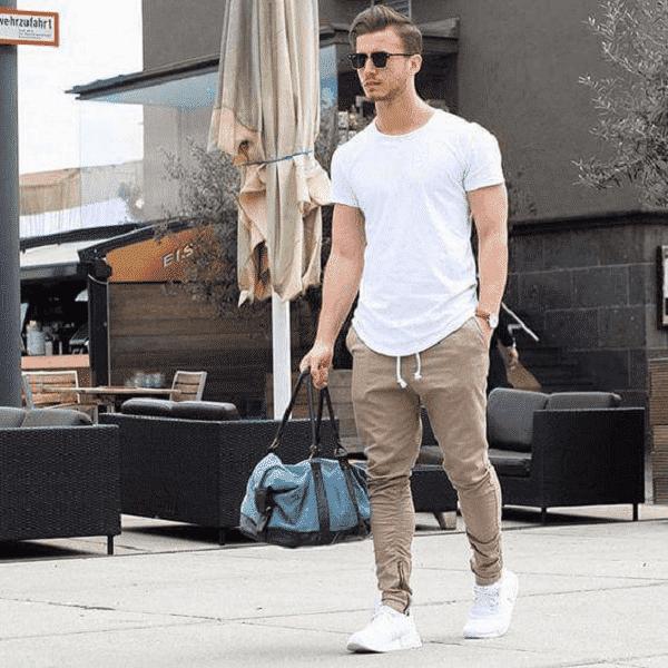 Áo thun, giày sneaker và quần jogger