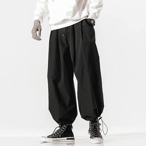 Áo thun, quần ống thụng và giày thể thao