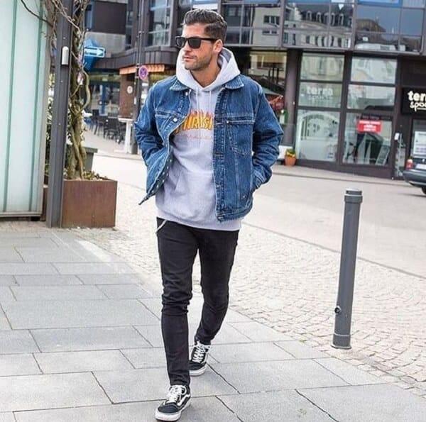 Áo hoodie và quần jeans dài