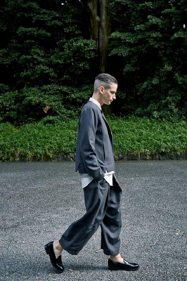 Áo thun, áo khoác da và quần ống thụng