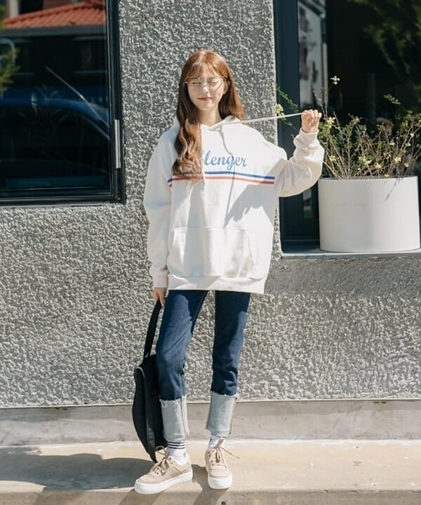 Quần skinny, áo thun và áo hoodie