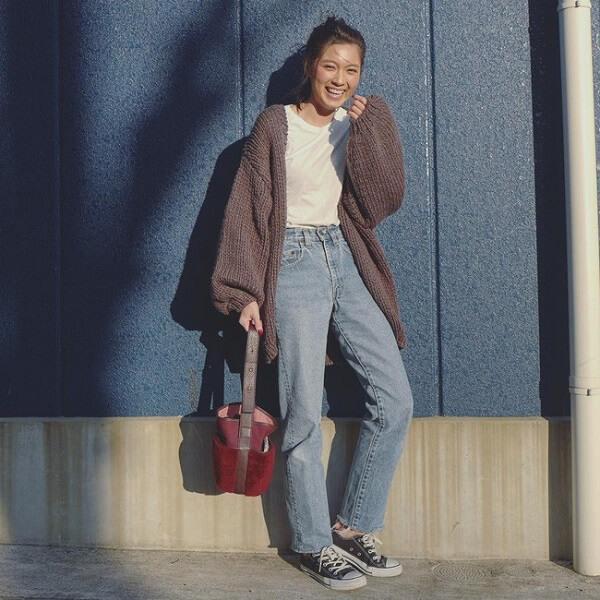 Áo thun, quần jeans và áo khoác cardigan