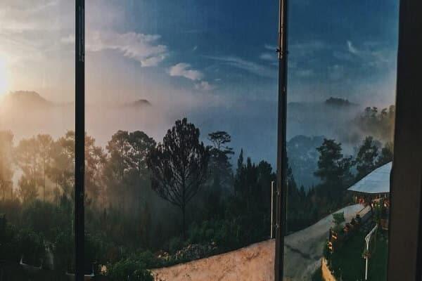 Sáng thức dậy ở một nơi xa, nhìn ra cửa số là khung cảnh đồi núi, mây bay trập trùng, thấy được lòng mình nhẹ nhõm lạ thường