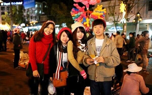 Một số phù kiện đi kèm như áo len, khăn choàng, nón len... cũng nên mang theo khi đi du lịch Festival Hoa Đà Lạt