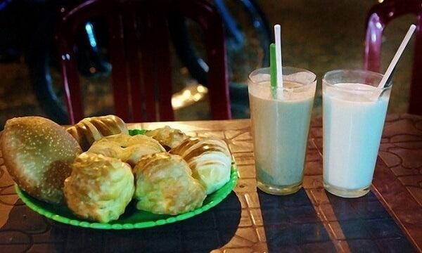Bánh và sữa đậu nành là những loại đồ ăn ngon cho các bạn thưởng thức khi ghé lại du lịch Festival Hoa Đà Lạt