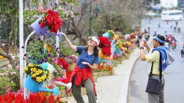 Hình ảnh du khách tạo kiểu chụp hình ấn tượng trong lễ hội Festival Hoa Đà Lạt