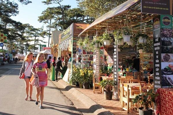 Hội chợ Festival Hoa trưng bày khá nhiều mặt hàng nổi tiếng của Đà Lạt cho các bạn tham quan, mua sắm