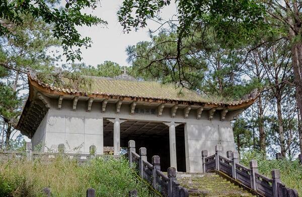 Lăng mộ của Quận công Nguyễn Hữu Hào cách ngã ba Cam Ly khoảng 150 m, cách chợ Đà Lạt chỉ 3,5 km