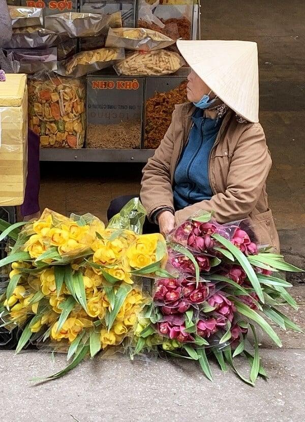 Hoa lan cắt cành được bán với giá rẻ ở chợ Đà Lạt.