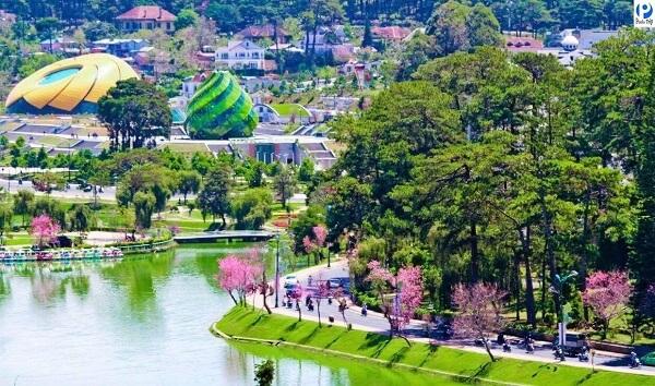 Không nên bỏ qua hồ Xuân Hương và quảng trường khi đến Đà Lạt