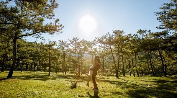 Cặp đôi chụp ảnh đón bình minh tại đồi cỏ Hồng Đà Lạt - Ảnh: Nguyễn Phước Hải - Võ Thị An Trường