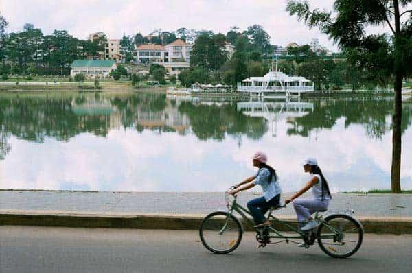Đạp xe đạp đôi là một trong những hoạt động được du khách yêu thích tại Đà Lạt
