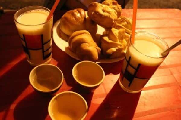 Uống sữa đậu nành, ăn bánh, cùng bạn bè chém gió sẽ xua tan đi cái lạnh của Đà Lạt khi về đêm