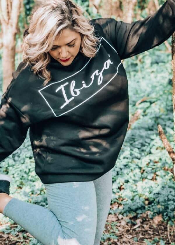 Hãy thử phối đồ đi Đà Lạt cho nữ mập với áo hoodie kết hợp quần jeans