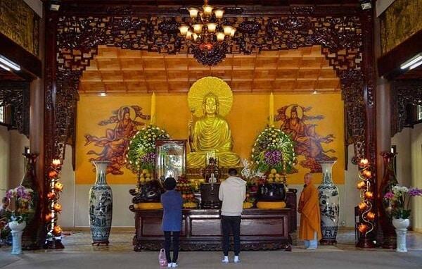 Không gian linh thiêng bên trong ngôi chính điện thiền viện Trúc Lâm Đà Lạt