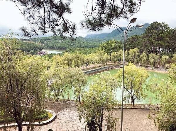 Hồ Tịnh Tâm ở trong khuôn viên của thiền viện Trúc Lâm