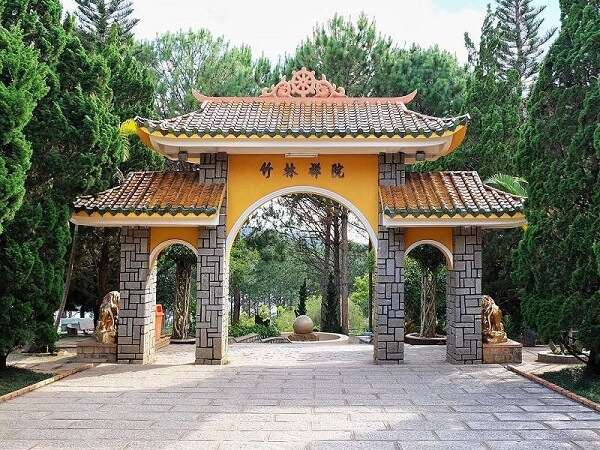 Cổng tam quan đường lên thiền viện Trúc Lâm